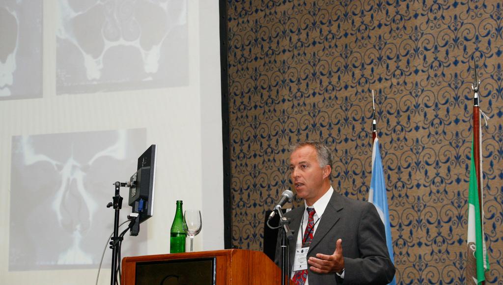 El Dr. Monsalve disertando en 63 aniversario de la FASO
